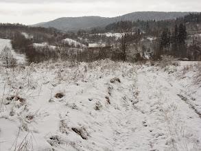 Photo: Kilkaset metrów za karczmą myślę sobie - nie musisz iść aż do niebieskiego tylko skróć sobie zielonym dydaktycznym i szybciej będziesz na grzbiecie. To był błąd. Zielony zmienił przebieg i robił kółka. Zaczyna padać śnieg. Krążę, krążę, podążam za szlakiem a czas umyka. Zgodnie z mapą dawno powinienem już być na grani. Po ponad godzinie słyszę ujadanie psów. Myślę sobie – pewno Czechy. Wyjmuję kompas i oceniam, że nie, wręcz przeciwnie! By potwierdzić dramat schodzę niżej i docieram do miejsca gdzie spożywałem śniadanie! Tfuuuuu, co za niefart :/