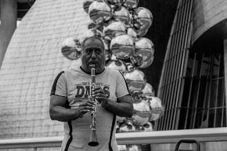 Photo: Incluso el señor encargado de inflar las bolas que hay frente al Guggenheim decidió dejar su trabajo y ponerse a hacer música... soplando, claro.