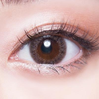 一張含有 梳妝, 化妝品, 眼睛 的圖片  自動產生的描述