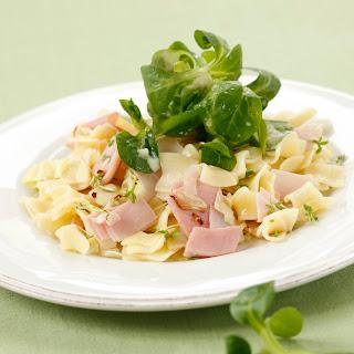 Beinfleisch-Kraut-Schinkenfleckerl mit Vogerlsalat und Erdäpfeldressing