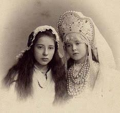 Photo: St. Petersburg, 10 april 1905. Bij het 40-jarig huwelijksfeest van hun grootouders Gerhard Johannes Egbert Engberts en Maria Kruijs hebben deze meisjes, Maria en Adja Wissendorff, gedichten in het Duits voorgedragen van hun oom Egbert Engberts. Maria (links) deed dit in de naam van Holland, Adja in de naam van Rusland. Hun kleding onderstreepte hun rol. De tekst van de gedichten is bij mij op te vragen.