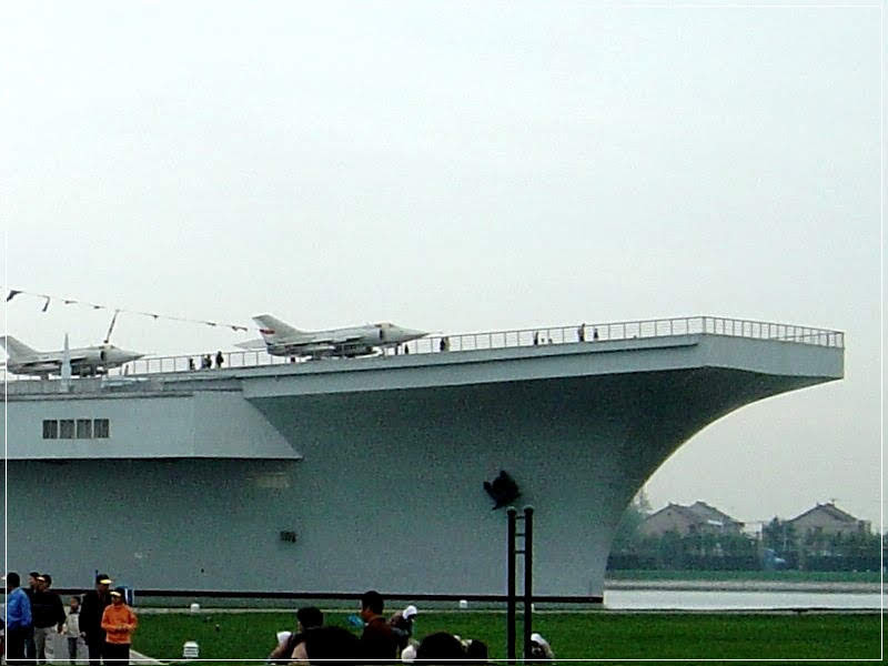 Binzhou, o porta-aviões num lago na China
