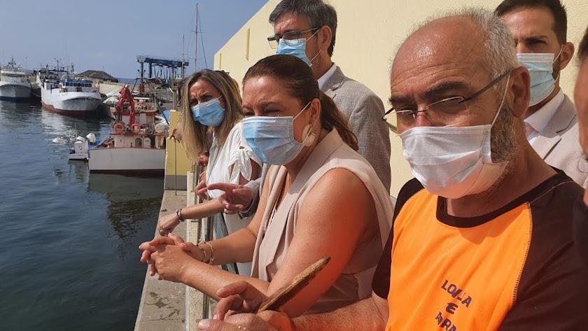 Las consejeras Carmen Crespo y Marifrán Carazo, con el alcalde de Adra, en el puerto.