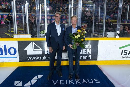Markku Keinäsen kukitti perjantain KalPa-TPS -ottelun yhteydessä Juniori-KalPa ry:n puheenjohtaja Mikko Kuparinen. (Kuva: Atte Rissanen Photography)