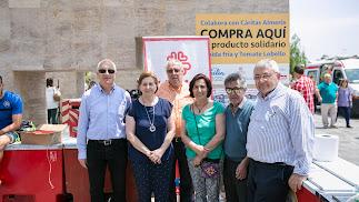 Equipo de Cáritas en Almería, que estuvo toda la mañana al frente del stand para dispensar productos en su venta solidaria.