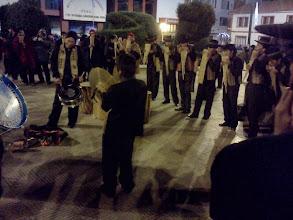 Photo: 夜、通りでは賑やかなステージやパレードが行われる中、広場で輪になってサンポーニャを吹きまくり歌う、渋ーい青年達。ペルーの青年って、独特の魅力があってカッコ良い♪