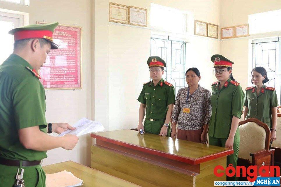 Cơ quan CSĐT Công an Hà Tĩnh tống đạt quyết định bắt giữ Hoàng Thị Hậu