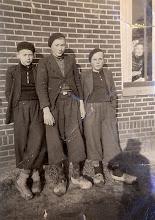 """Photo: v.l.n.r. Anne Hofsteenge, Willem Nijhof en Klaas Greving. Achter het raam zit """"Moettie"""" Nijhof."""