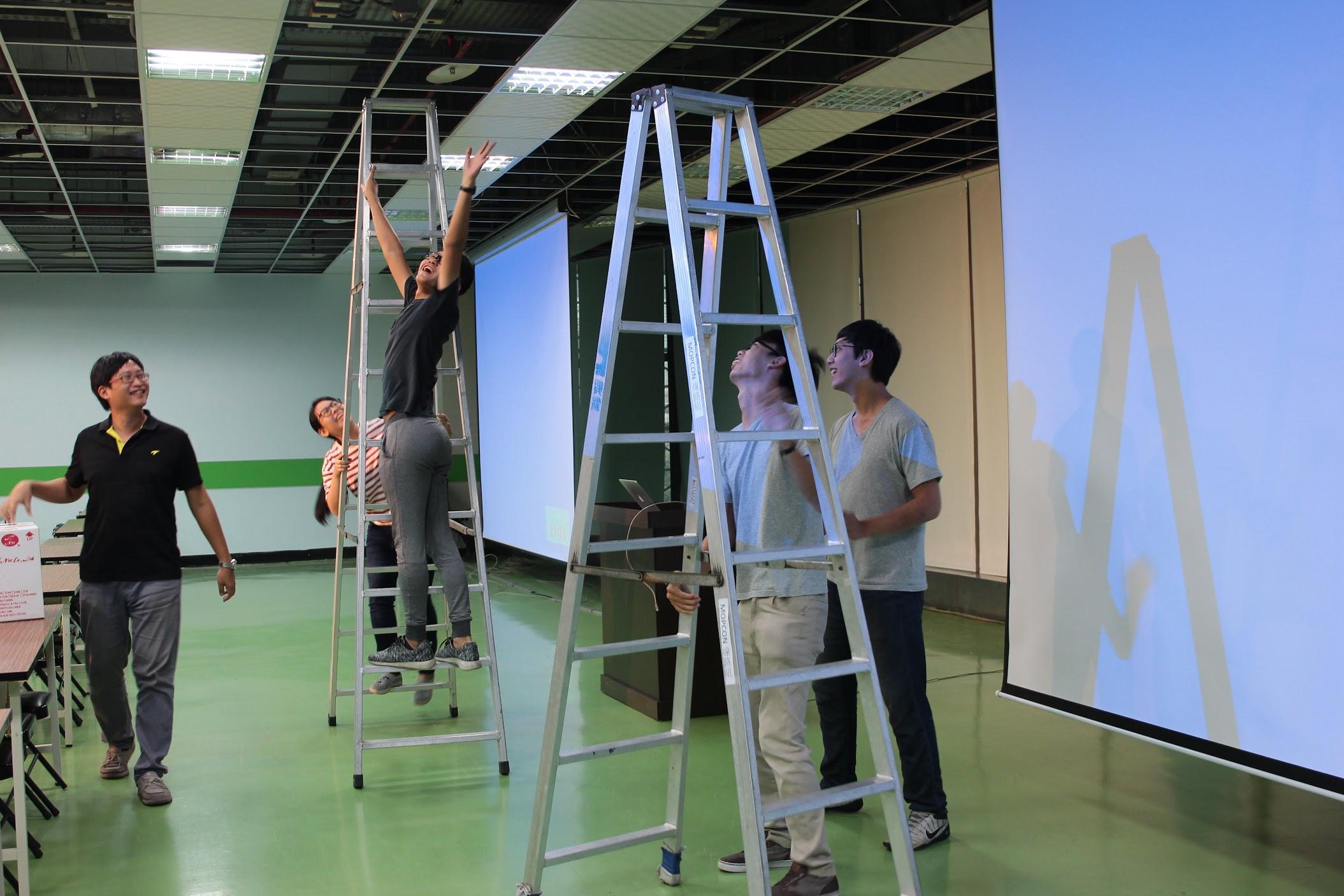 因為網路線都要走天花板,所以需要很多梯子支援,也要人力來拉