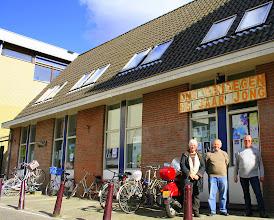 Photo: Het bestuur van Speeltuinvereniging Ons Genoegen voor het clubgebouw Elandsstraat 101, april 2010