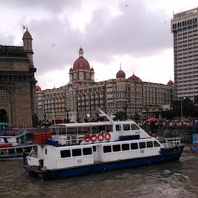 Boat , Gate way of India , The Taj. by Karthish Waran - Transportation Boats ( indian way, afternoon, gate way of india, ocean, travel, boat, the taj hotel,  )