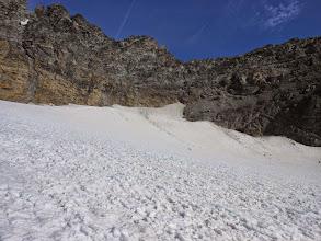 Photo: Saliamo fino al pezzo più alto del ghiacciaio prendendone la rampa di sfasciumi che taglia verso DX portandosi verso il colle.