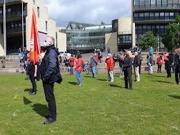Demonstrant:innen mit Mund-Nasen-Schutzmasken vor dem Düsseldorfer Landtag, alle mindestens 2 Meter auseinander.
