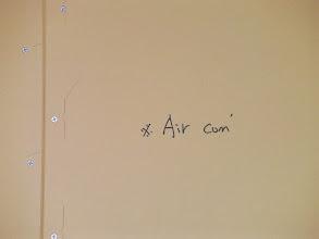 Photo: エアコンの通る穴の予定の位置が書いてある。ここに防音室からのエアコンのダクトが通る穴が一致する。http://www.pianoya.net/pianoya_406.htm