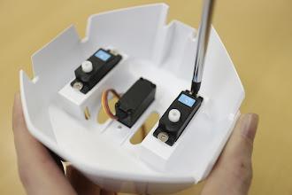 Photo: 銀色のネジ(タッピング3mm)で締めてサーボモータを固定していきましょう。