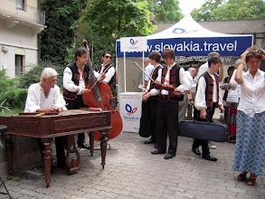 Photo: A Szlovák Intézet udvarán zene és információs pult fogadta a meghívott vendégeket
