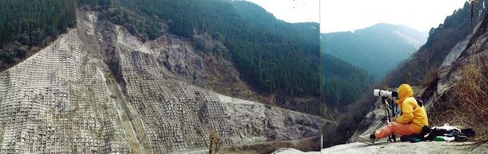 Photo:      原石山跡地          原石山跡地の長大法面調査。 遠景マンの腕のみせどころ。