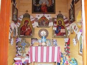 Photo: 03.Wreszcie zaglądam też do środka kapliczki w Zaroślaku. Sympatyczne ikony.