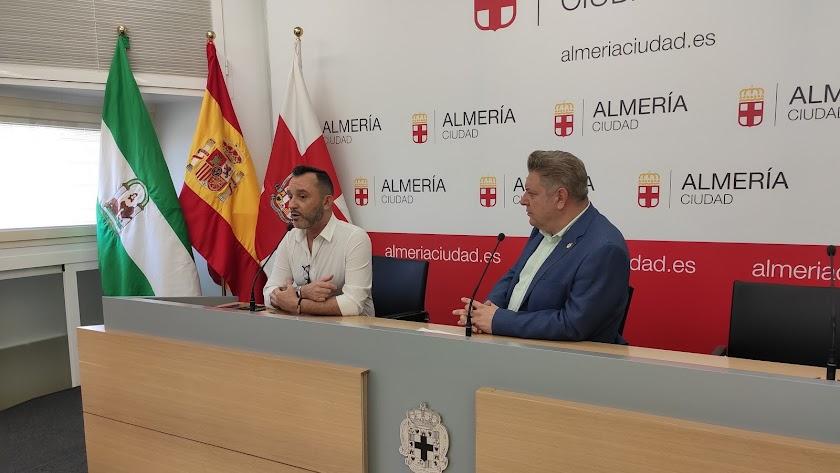 Diego Cruz, concejal de Cultura y Educación (derch) junto al organizador del evento, Tomás de María (izq).