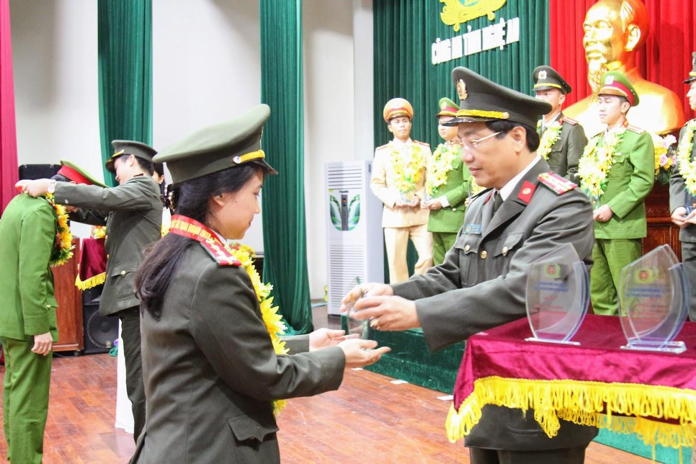 Đồng chí Đại tá Hồ Văn Tứ trao danh hiệu 'Gương người tốt việc tốt' cho đoàn viên tiêu biểu của Báo Công an Nghệ An