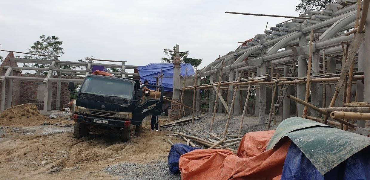 Công nhân di chuyển vật dụng cá nhân ra khỏi công trình đền Hữu