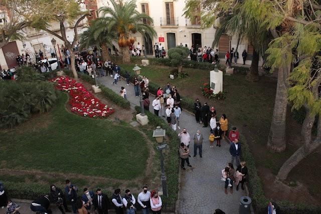 Almerienses disfrutando desde la Plaza de Bendicho el concierto de la Banda del Carmen.