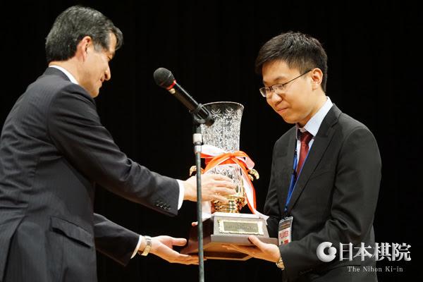 Вручение кубка чемпиону мира среди любителей  2019 года, Lee Jaesung (Ю.Корея)