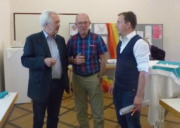 Referenten Wette und Zumach mit Geschäftsführer Richard Bösch.jpg