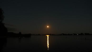 Photo: Nog niet verduisterde maan net na opkomst op zondagavond