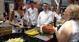 Carmen García explica a la presentadora, Ana Márquez, y a parte del jurado en qué consisten sus dos platos ganadores para este concurso.