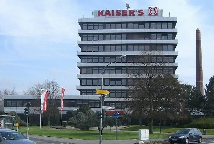 Verwaltungsgebäude. Beschriftung: «KAISER'S».