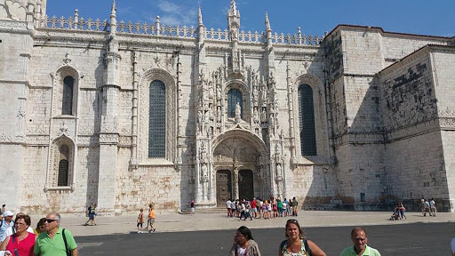 lisbon-cathedral3-1.jpg - Side view, largest and most popular tourist sight in Lisbon.