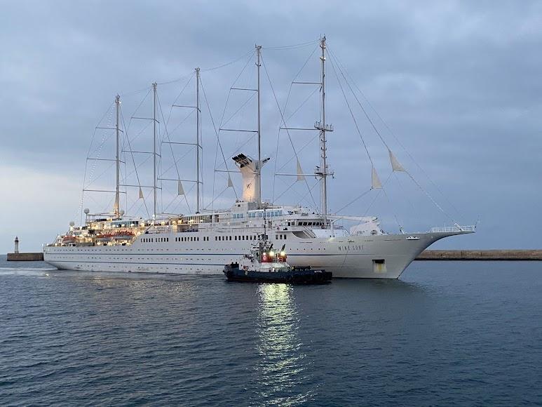 El crucero llega al Puerto de Almería.