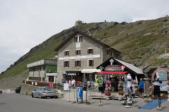 Photo: Przez przełęcz przebiega wybudowana w latach 1820–1825 droga łącząca miejscowość Stelvio na północnym wschodzie z Bormio na południowym zachodzie.