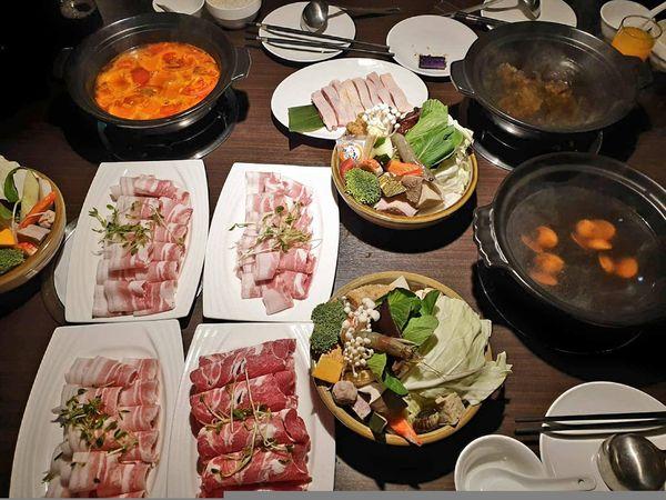 沙拉吧吃到飽加免費送肉盤~ 黑鍋港式海鮮鍋物