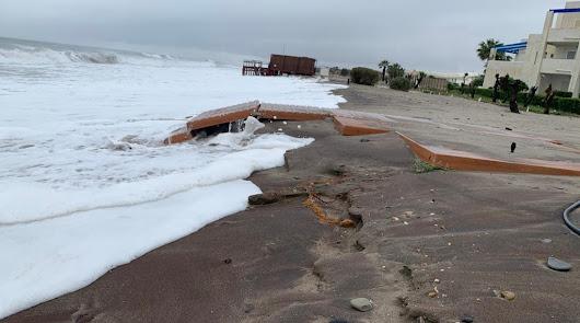 El temporal hace que el mar avance más aún hacia las casas de la zona naturista