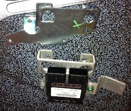 Photo: détail nouveau modèle/ancien, en plus de sa double fonction support bobine+boitier il est bien plus léger car en alu