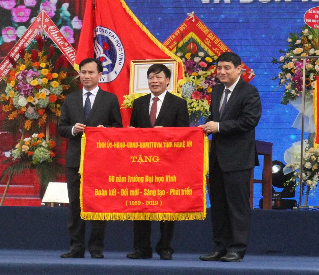 Đồng chí Nguyễn Đắc Vinh, Bí thư Tỉnh ủy Nghệ An trao bức Trướng cho Trường Đại học Vinh