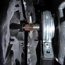 Photo: Angerostete Motorachse, »faulig« gewordenes Filzlager, Befestigungsschelle des linken Motorkugellagers