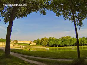 Photo: Le Grand Canal et le Grand Trianon à Versailles - e-guide balade à vélo dans Versailles et son parc par veloiledefrance.com
