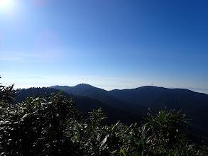 乗鞍岳(左)や木曽御嶽山(中央)も見えてきた