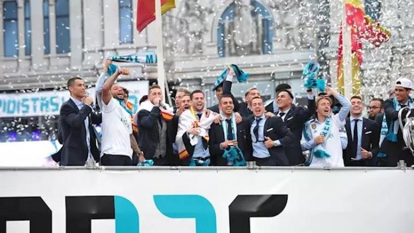 La plantilla del Real Madrid celebrando un título.