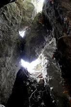 Photo: Kőzetomlás sziklatömbjei által kialakult hézagos falboltozat a Szentendrei-barlang Ny-i oldalán.