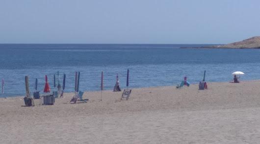 Quejas por plantar sombrillas en las playas para reservar el sitio