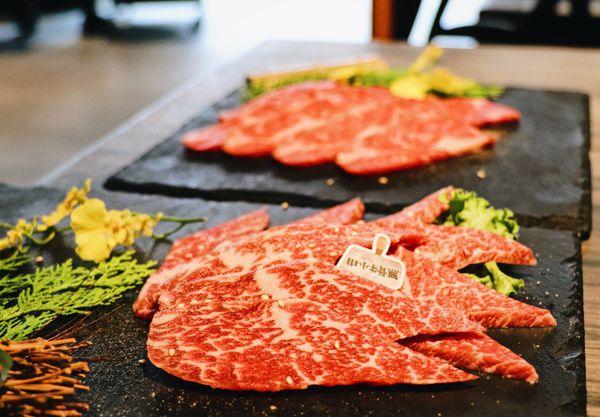 火山岩燒肉竹北旗艦店∥肉品種類多樣新鮮高檔牛舌牛小排明蝦干貝樣樣來∥