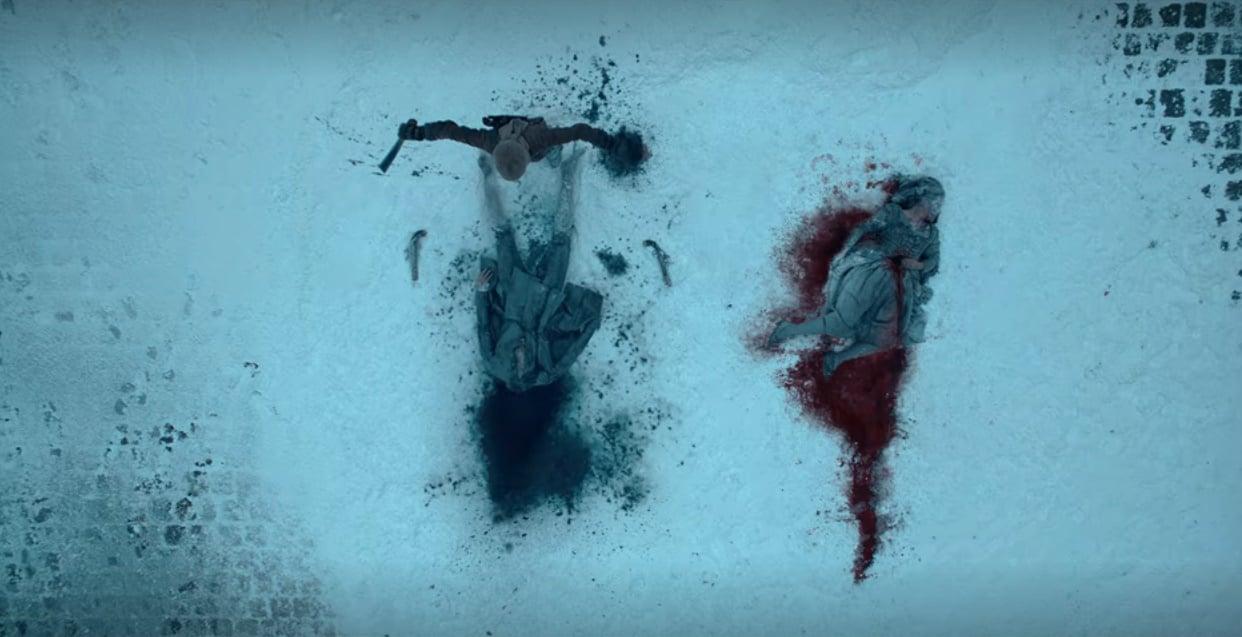 Cena da série La Révolution, Netflix, 2020. No chão, coberto de neve, há um corpo de uma camponesa, cercado de sangue vermelho. Ao lado há um corpo decapitado de um nobre, cercado de sangue azul.