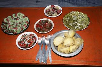 Photo: 03283 ハドブルグ家/夕食/ホルホック/乳製品の盛り合わせ/ゆでた内臓/ゆでたジャガイモ/キュウリのピクルス/インゲン豆のピクルス/ソーセージやタマネギのスライス盛り合わせ
