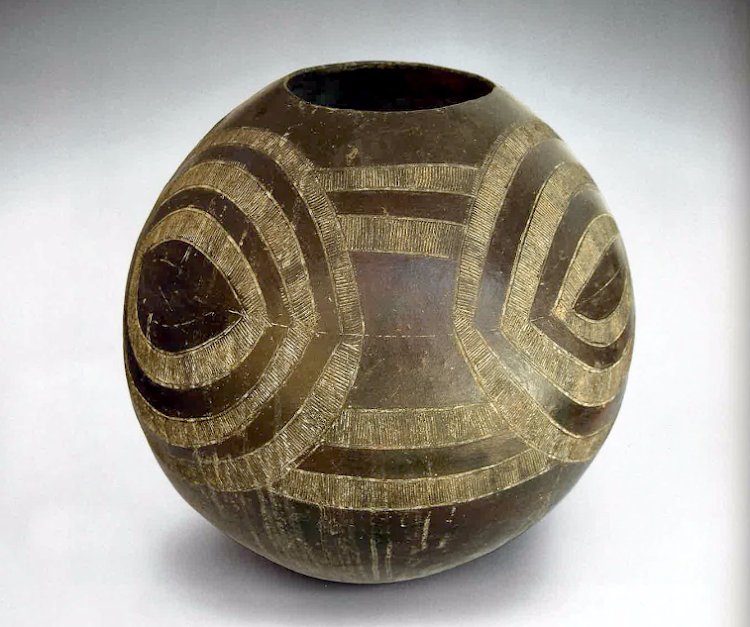 Pot 231: Ukhamba H: 360 x W: 370mm. Imaginative extrapolation of the incised Nongoma eye pattern on a very thin-walled egg-shaped vessel.