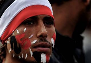 Photo: Uno de los manifestantes en la plaza Tahrir de Egipto con la cara pintada con los colores de la bandera egipcia. Fotografía: ESAM OMRAN AL-FETORI | REUTERS