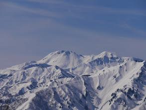奥に白山(御前峰、大汝峰)、右手前は野谷荘司山